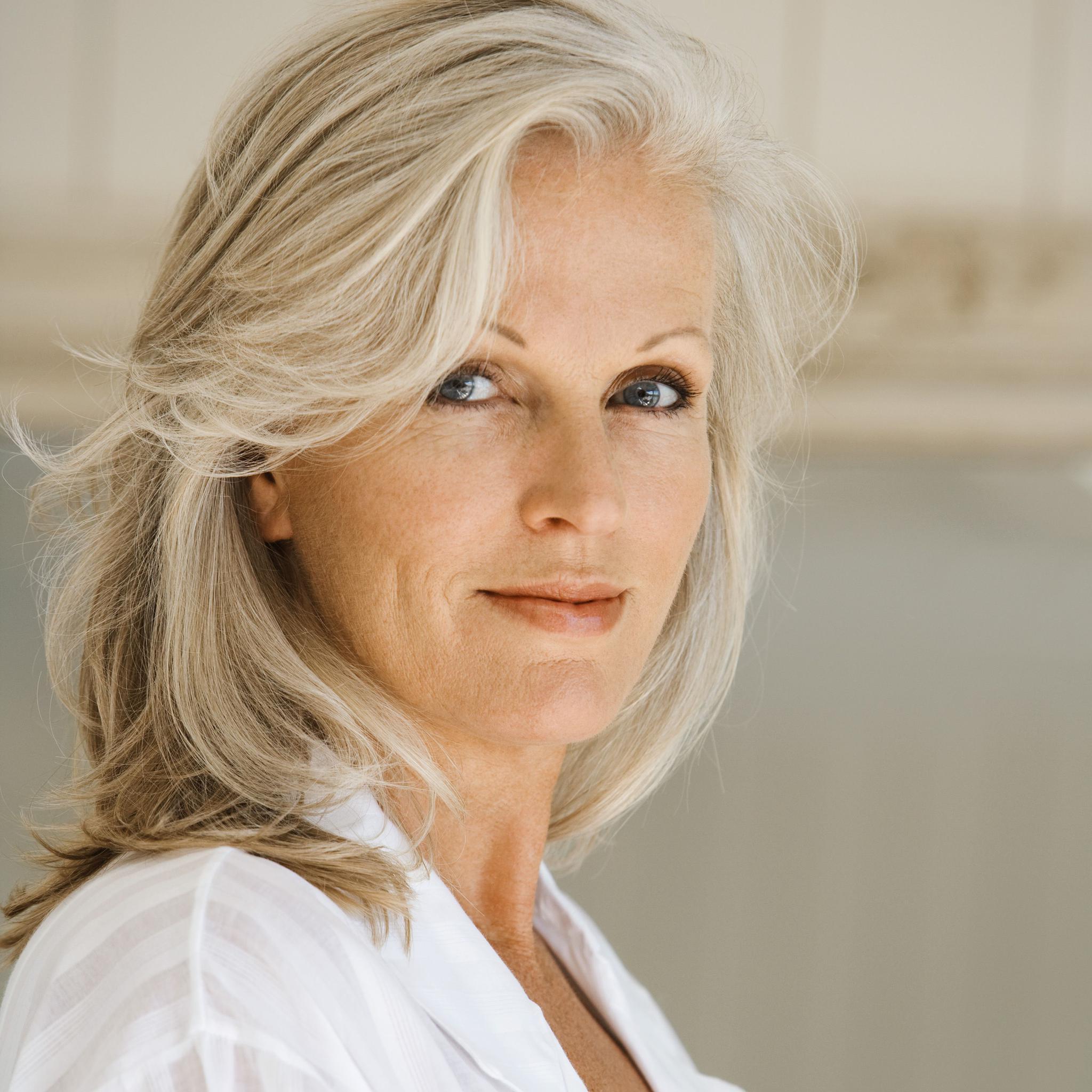 Comment ralentir la pousse de cheveux blancs
